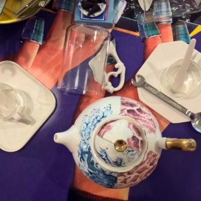 Tavolo da colazione Seletti con teiera e tazzine