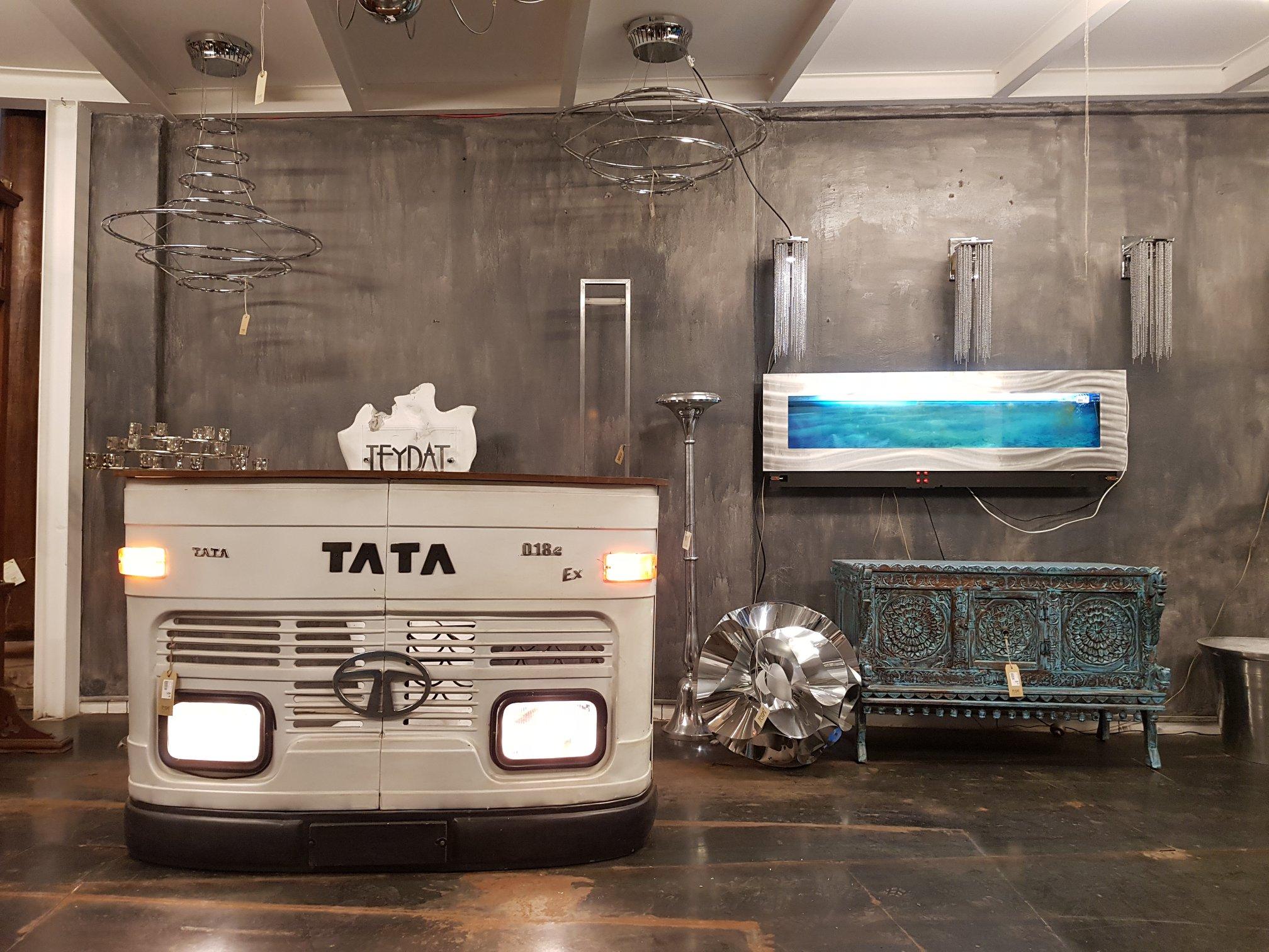 Mobile BAR Indiano composto da sezione frontale di un furgoncino TATA originale